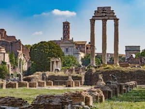 Les trois colonnes du temple des Dioscures Castor et Pollux au Forum Romain, à Rome en Italie