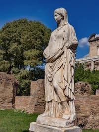 Statue de Vestale au Forum Romain à Rome en Italie