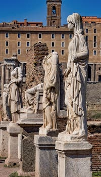 Statues des Vestales le long de l'Atrium de la maison des Vestales au Forum Romain à Rome en Italie