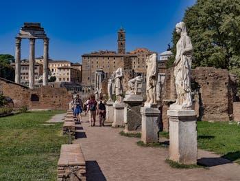 Les statues des Vestales le long de l'Atrium au Forum Romain à Rome en Italie