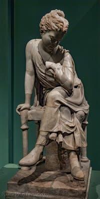 Statue d'une Jeune Fille Assise, 280-270 avant J.-C. au musée Centrale Montemartini à Rome en Italie