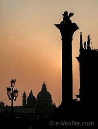 La colonne du Lion de Saint-Marc au soleil couchant