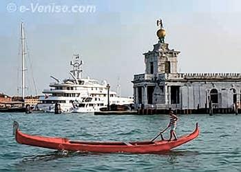 Gondole rouge devant la Dogana da Mar à Venise, à l'arrière, la modernité...