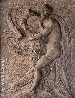 Leda et le Cygne - Sculpture érotique sous une arcade des Procuraties Nuove à Venise