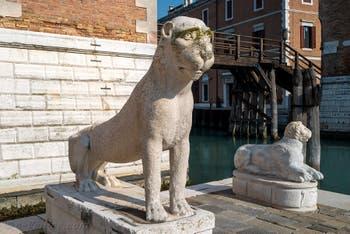 Lion de l'île de Délos en Grèce, de l'école de Naxos, devant l'Arsenal de Venise.