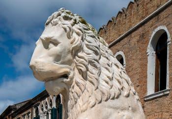 Lion du port du Pirée à Athènes avec ses inscriptions runiques, devant l'entrée de l'Arsenal de Venise