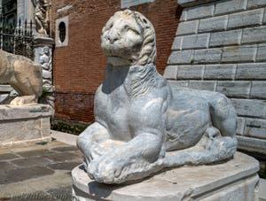 Molosse de l'Acropole d'Athènes devant l'entrée de l'Arsenal de Venise