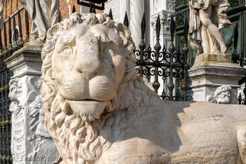 Le lion d'Héphaïstos de la Voie Sacrée qui reliait Athènes à Éleusis devant l'entrée de l'Arsenal de Venise