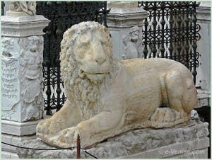 Le lion de la Voie Sacrée Lepsina qui reliait Athènes à Éleusis devant l'entrée de l'Arsenal de Venise
