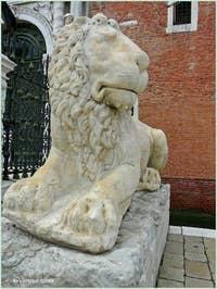 Le lion couché de la Voie Sacrée Lepsina qui reliait Athènes à Éleusis devant l'entrée de l'Arsenal de Venise