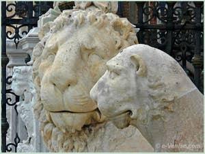 Lion de la Voie Sacrée Lepsinas et celui de Delos devant l'entrée de l'Arsenal de Venise