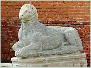 Lion de l'école de Naxos provenant de l'île de Délos en Grèce et se trouvant devant l'Arsenal de Venise