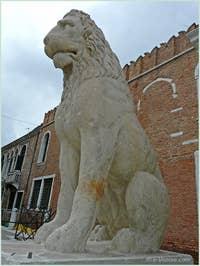 Le lion qui se trouvait à l'entrée du port du Pirée à Athènes et qui fut ramené par Francesco Morosini à Venise pour être installé devant l'entrée de l'Arsenal de Venise