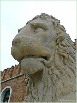 La tête du lion qui se trouvait à l'entrée du port du Pirée à Athènes et qui fut ramené par Francesco Morosini à Venise pour être installé devant l'entrée de l'Arsenal de Venise