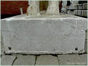 Inscription à l'honneur de Francesco Morosini sur le socle du Lion du Pirée en marbre Pentélique