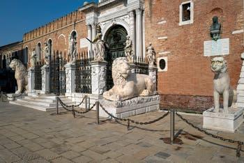 Trois des quatre lions Grecs devant l'entrée de l'Arsenal de Venise