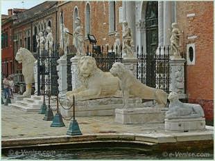 Les quatre lions de marbre Grec devant l'entrée de l'Arsenal de Venise