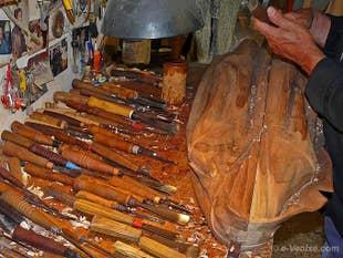 Le Sculpteur sur Bois Livio de Marchi dans son atelier à Venise