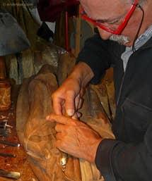 Livio de Marchi sculpteur sur bois dans son atelier à Venise
