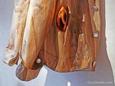 Livio de Marchi, sculpteur sur bois à Venise : Détail de la poche d'un blouson en bois sculpté