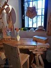 Livio de Marchi : bureau livres et chaises sculptés en bois