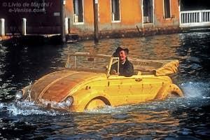 Livio de Marchi dans une volkswagen coccinelle toute en bois sculpté sur le Grand Canal à Venise