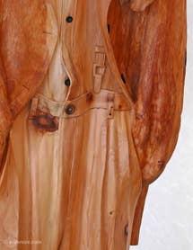 Livio de Marchi détail d'un costume en bois sculpté