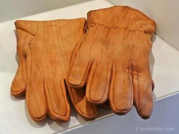 Livio de Marchi paire de gants en bois sculpté