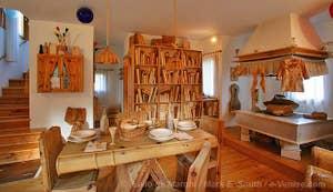 La maison de livres tout en bois sculpté de Livio de Marchi Venise