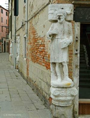 Les statues des trois frères Mastelli, Rioaba, Sandi et Afani, alignées sur le Campo dei Mori dans le Cannaregio à Venise