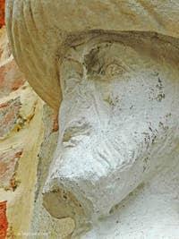 On peut voir ici le visage de la première statue située sur le Campo dei Mori. C'est celle d'Afani ou de Sandi Mastelli. Il est très clair que le turban, en marbre grec, a été rajouté postérieurement sur la statue, en pierre d'Istrie, d'origine. Ce rajout s'est d'ailleurs fait deux siècles après la taille des premières statues