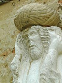 Ci-dessus, la seconde statue sur le Campo dei Mori, au numéro 3385. C'est un homme aux cheveux longs qui porte à deux mains un fardeau sur ses épaules. On voit très nettement que le turban a été rajouté postérieurement