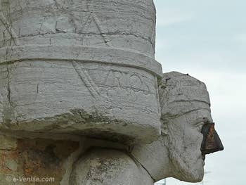"La statue de Rioba Mastelli à Venise avec l'inscription ""Rioba"""