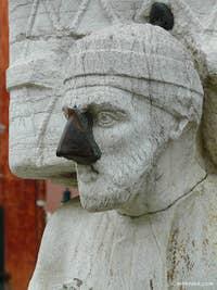 """Ci-dessus, la statue de celui qui fut rebaptisé """"Sior Antonio Rioba"""" pour devenir la risée, le pasquino du peuple vénitien"""