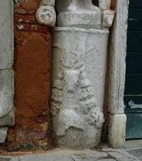 Les détails de la colonne de l'ère romaine sur laquelle est posée la quatrième statue, celle du serviteur des frères Mastelli, qui se trouve du côté de la Fondamenta dei Mori, le long du rio de la Sensa
