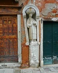 Ci-dessus, la La statue du serviteur des frères Mastelli, encastrée dans le mur de la maison du Tintoret, au numéro 3397 sur la Fondamenta dei Mori à Venise