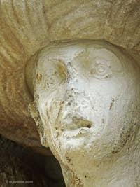 Voici le visage de la quatrième statue, celle qui est située sur la Fondamenta dei Mori, encastrée dans une niche dans le mur de la maison du peintre le Tintoret. C'est celle du serviteur des frères Mastelli. On lui a aussi adjoint un turban, en marbre grec, deux siècles après l'édification de sa première statue