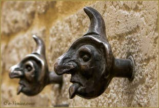 Boutons de sonnettes, calle Larga San Lorenzo, dans le Sestier du Castello à Venise.