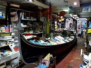 Une gondole dans une librairie, c'est à Acqua Alta à Venise !