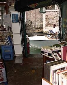 L'entrée du côté du rio de la Tetta de la librairie Acqua Alta à Venise