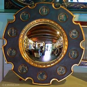 Le miroir convexe du couple Arnolfi représenté dans le tableau de Jan Van Eyck, reproduit fidèlement par Stefano Colucci de Canestrelli à Venise