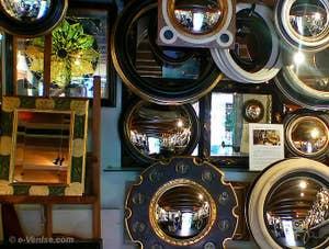 Les miroirs de sorcière ou miroirs des banquiers, miroirs convexes présentés chez Canestrelli à Venise