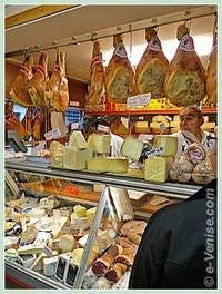 Les jambons de Parme et les fromages chez Ortis à Venise dans le Castello