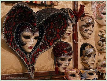 Élégance et raffinement des Masques de Carnaval de l'artisan Schegge à Venise