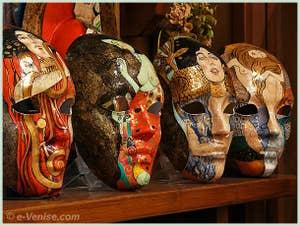 Masques de Carnaval décorés avec des tableaux du peintre Klimt chez l'artisan Schegge à Venise