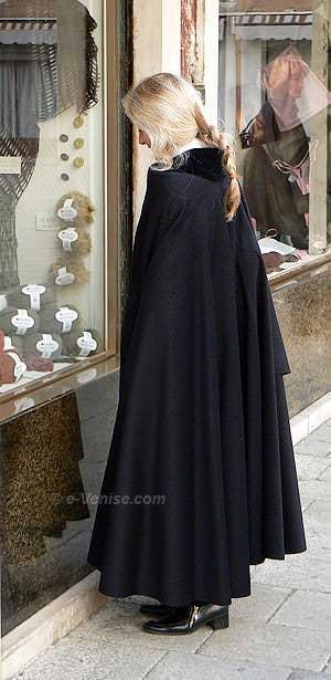 Daniela à Venise avec son Tabarro de chez Zara
