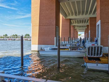 Les embarcadères des bateaux-taxis à l'Aéroport Marco Polo de Venise
