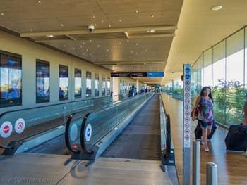 Le couloir d'accès aux embarcadères des bateaux-taxis et Alilaguna depuis l'Aéroport Marco Polo de Venise