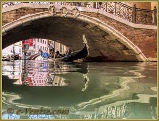 Gondole sous le pont Balbi