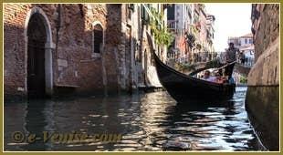 Gondoles sur le rio de Santa Marina à Venise